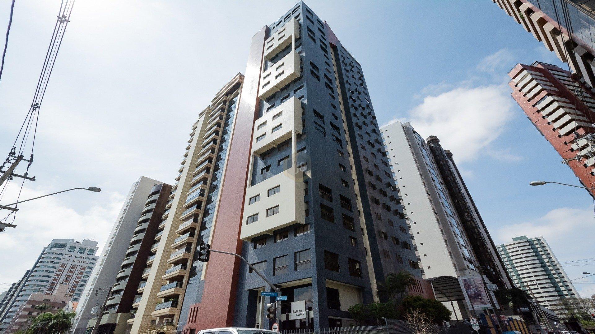 Foto de destaque Apartamento amplo em rua cobiçada de curitiba