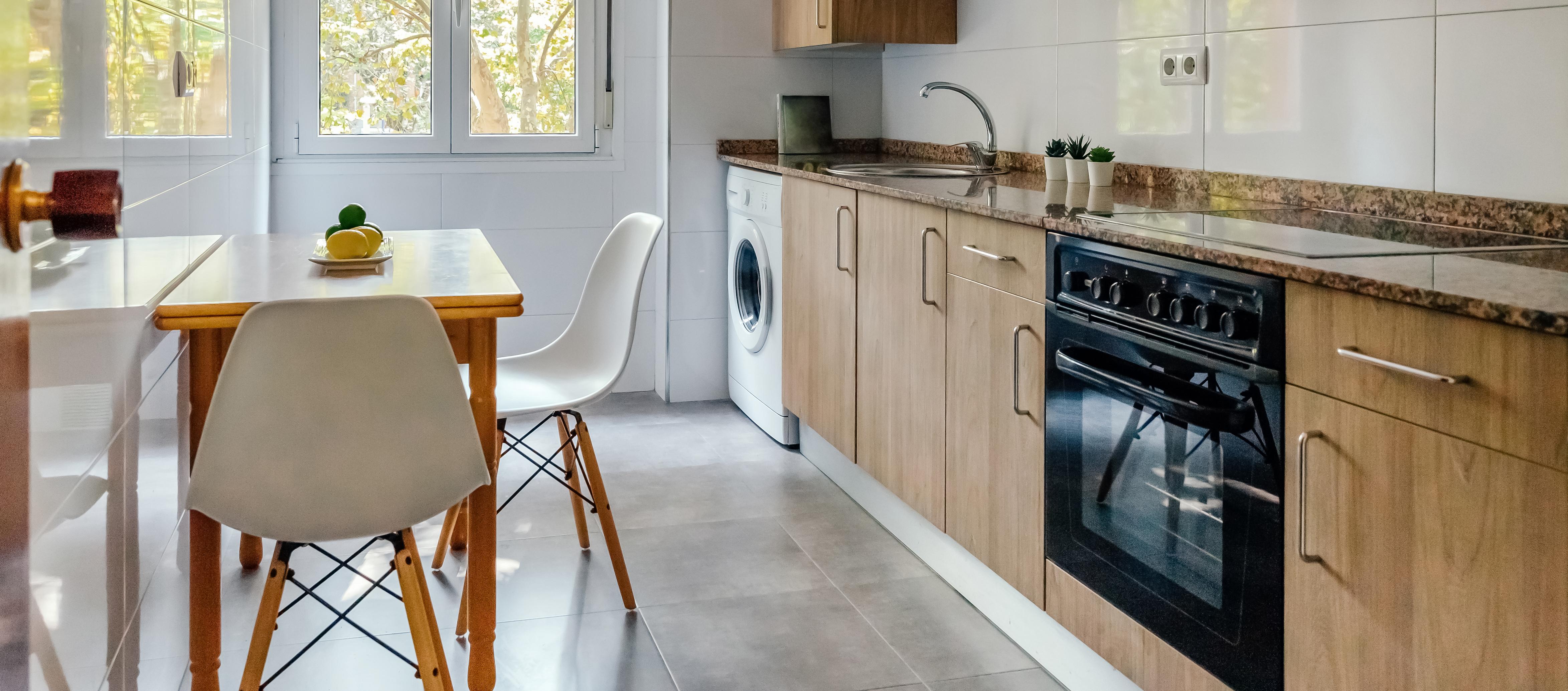 cozinha integrada à lavanderia com eletrodomésticos modernos