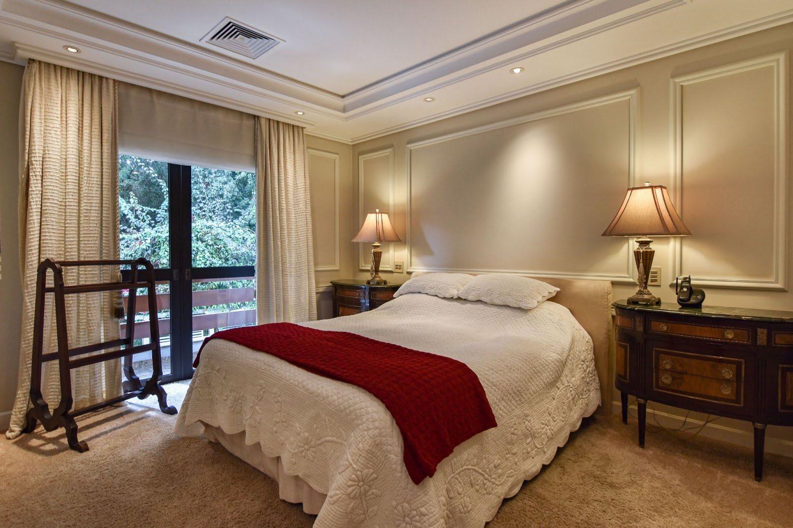 quarto com boiserie e decoração clássica
