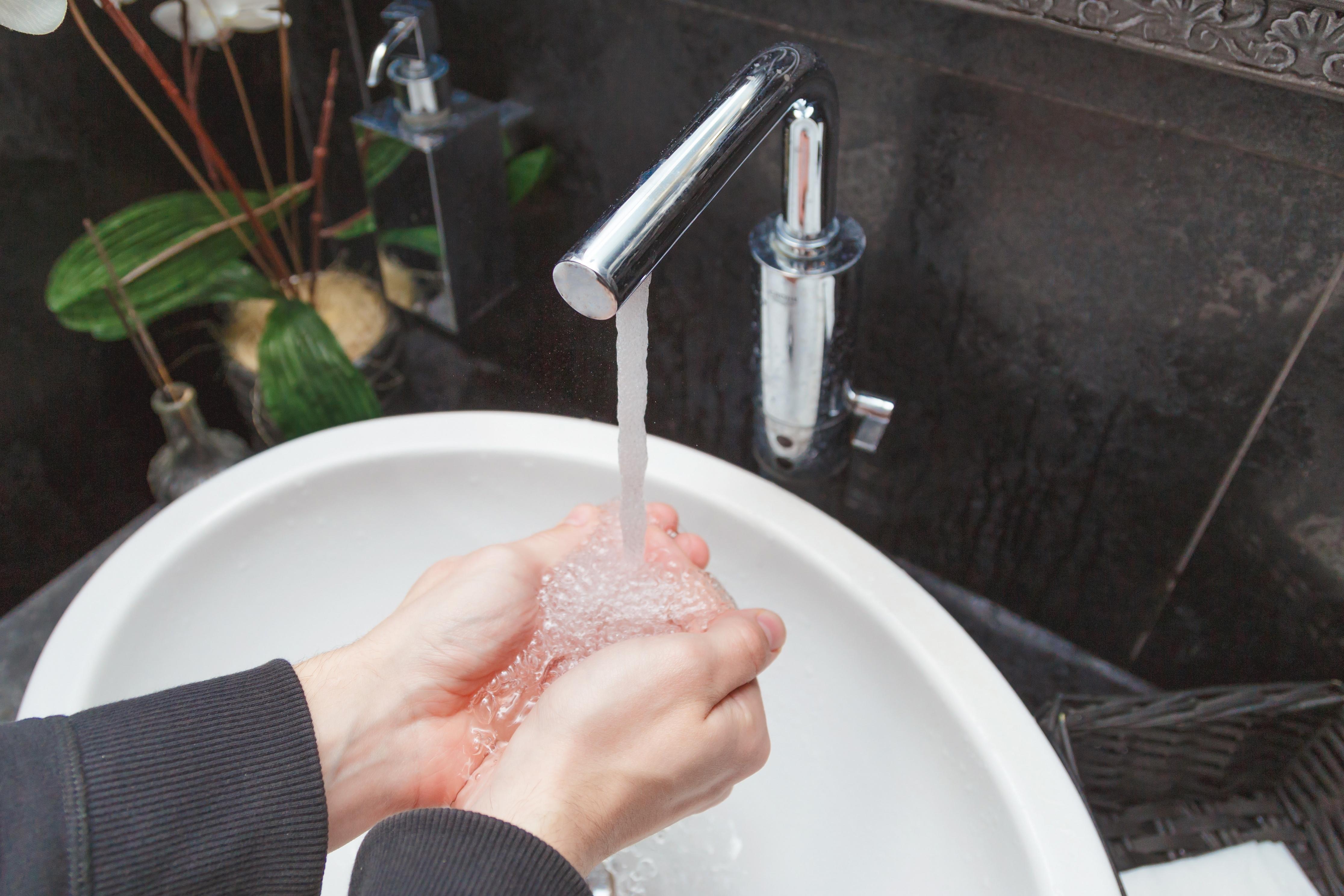 homem lavando a mão