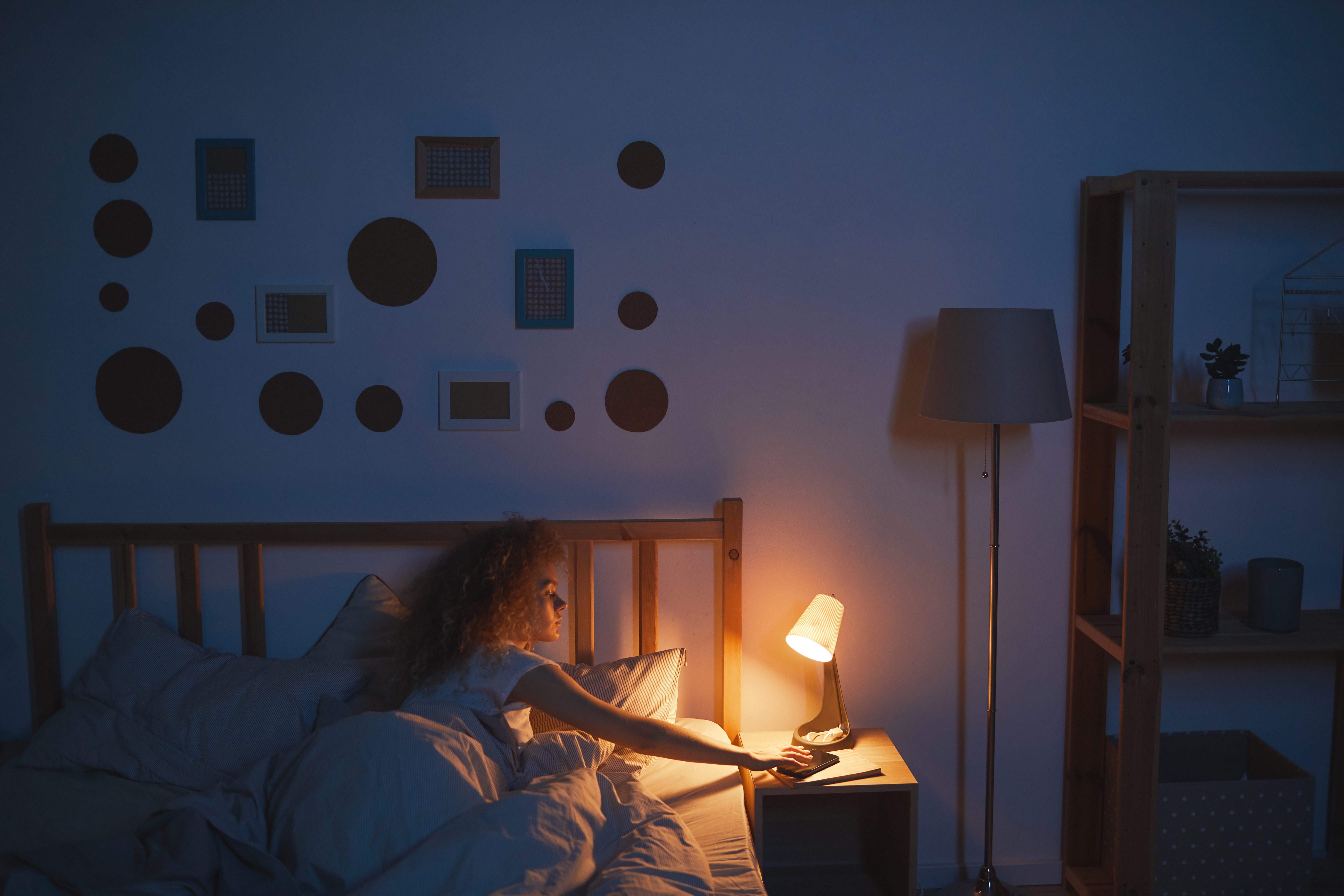 mulher apagando luminária para manter sustentabilidade em casa