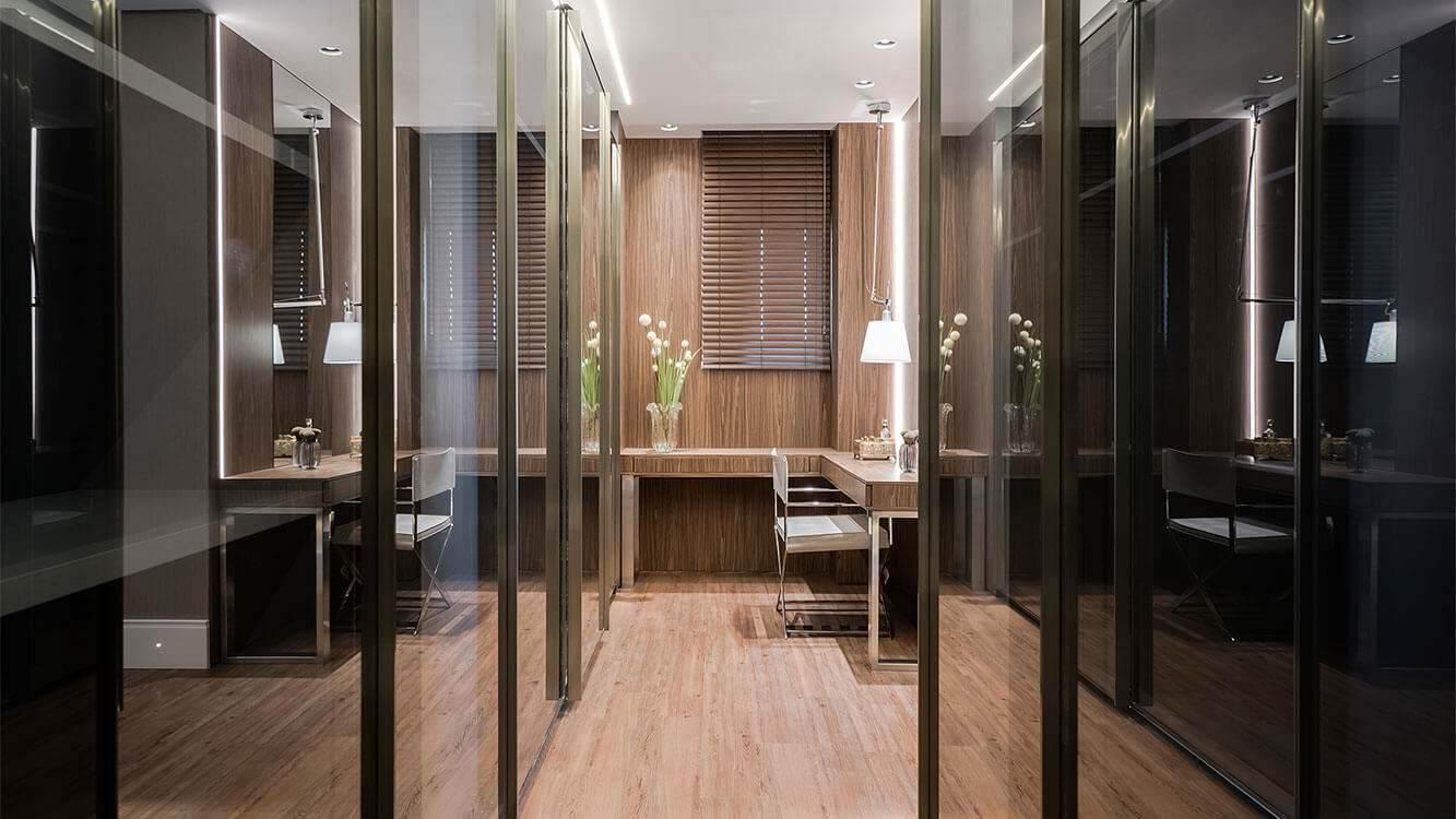 corredor com closet integrado em tons de marrom